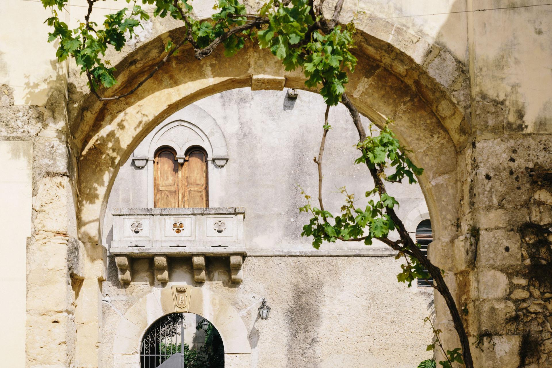 Dettaglio del balcone visto dalla pergola