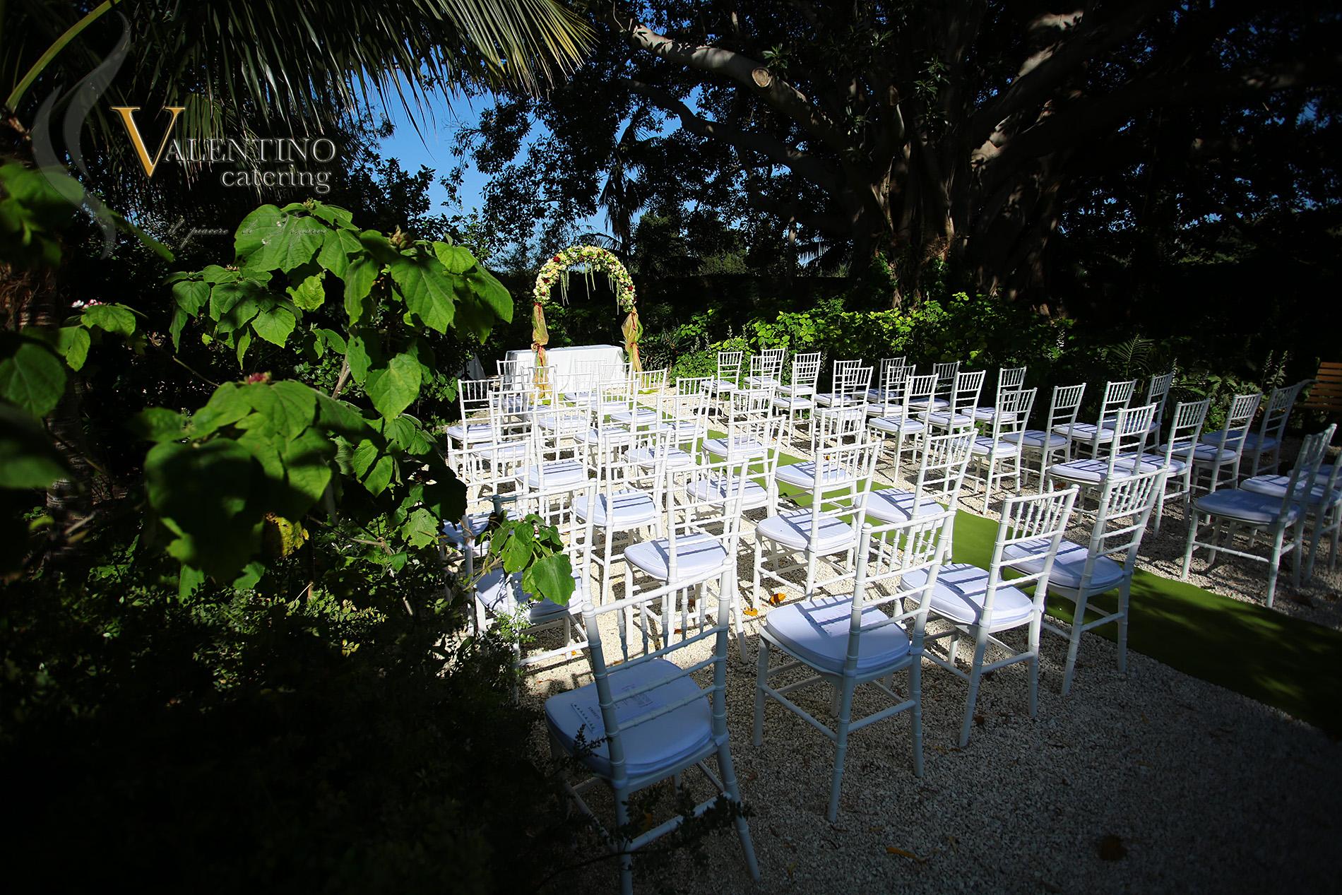 Allestimento cerimonia nel giardino (Valentino Catering)