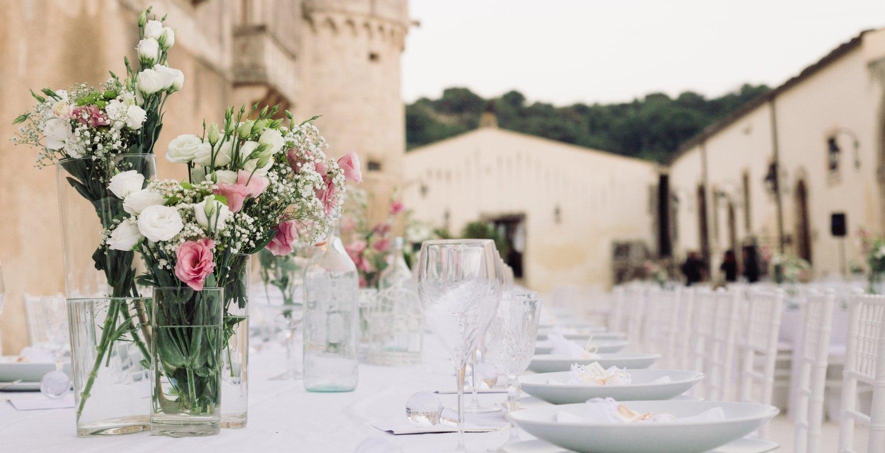 Baglio delle torri con tavoli e fiori
