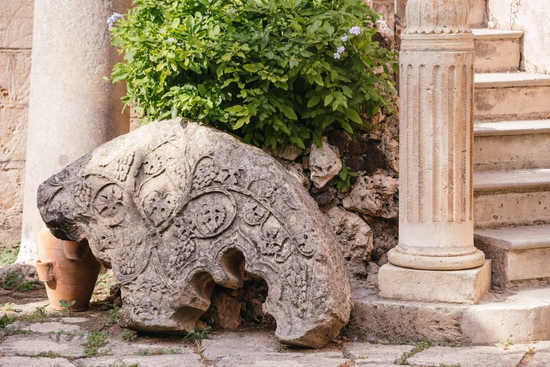 Arco bizantino e colonna nel Baglio dei ricordi