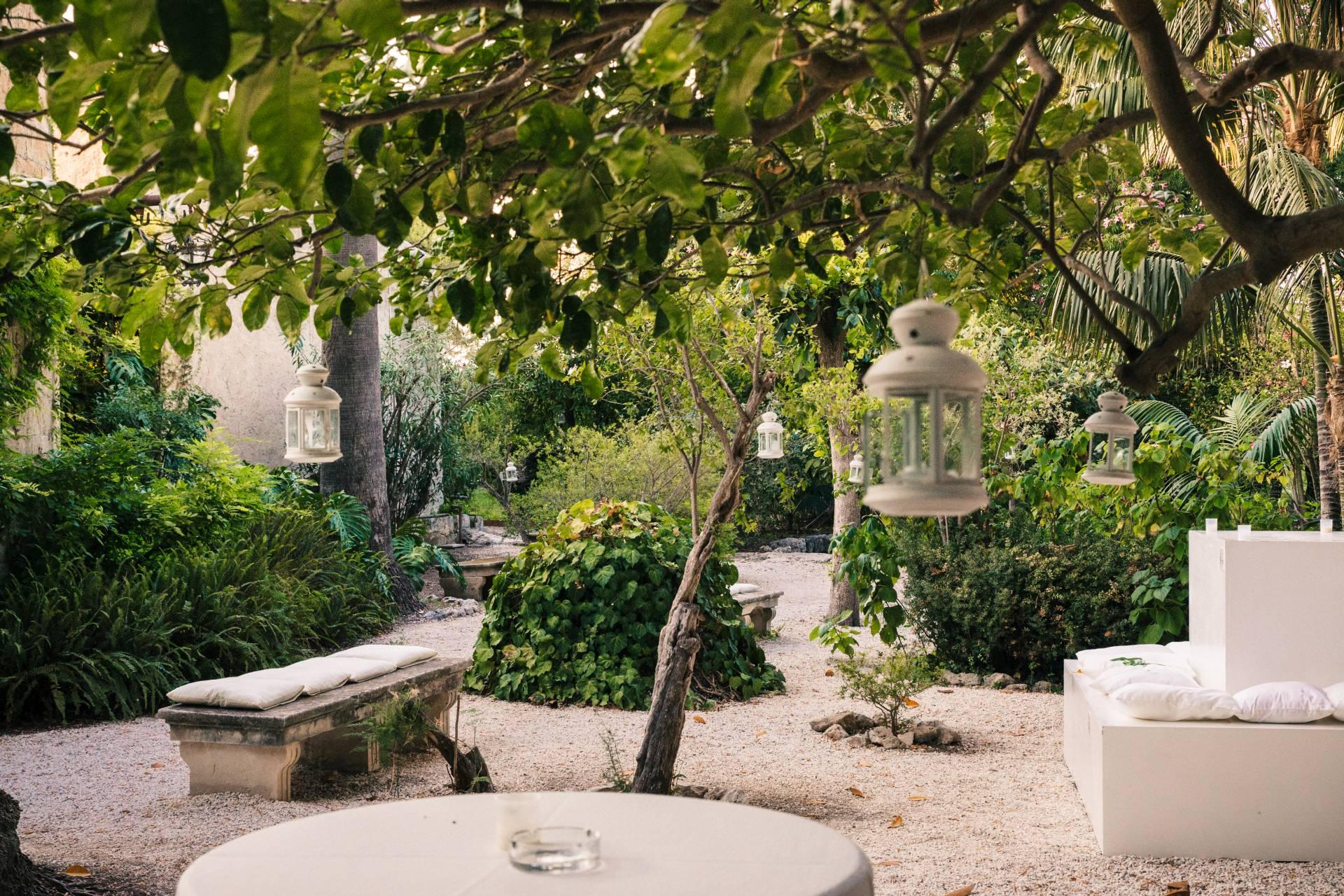 Giardino storico, allestimento con cuscini e lanterne