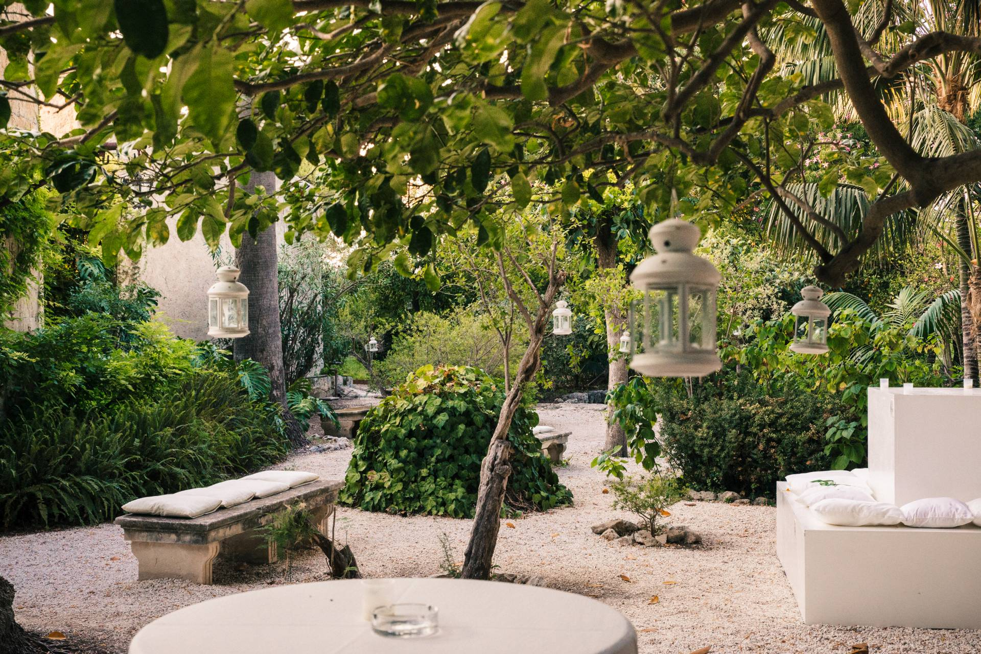 Giardino storico allestimento con cuscini e lanterne for Allestimento giardino
